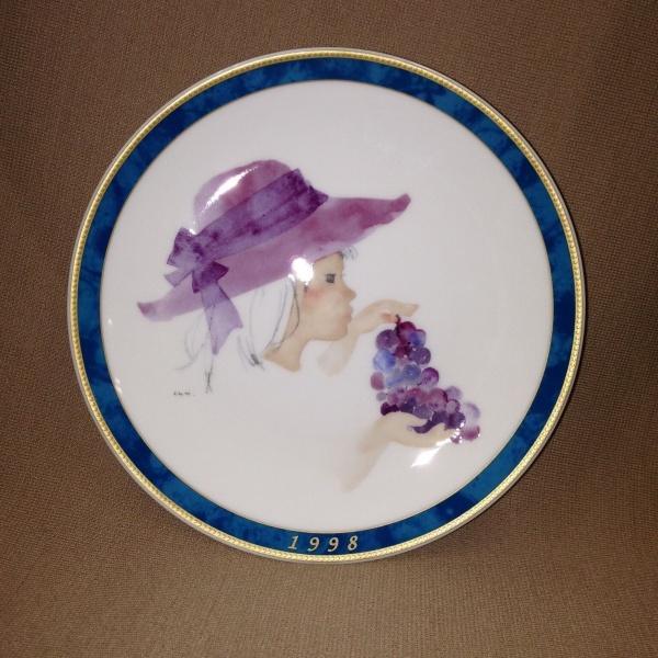 いわさきちひろ1998年イヤーズプレート【ぶどうを持つ少女】皿立て付き